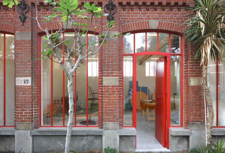 Rode stalen ramen in atelier Muller en Van Severen