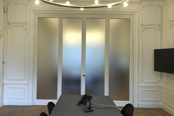 Structuurglas stalen ramen kantoor wit