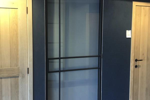 Stalen deur met mat glas