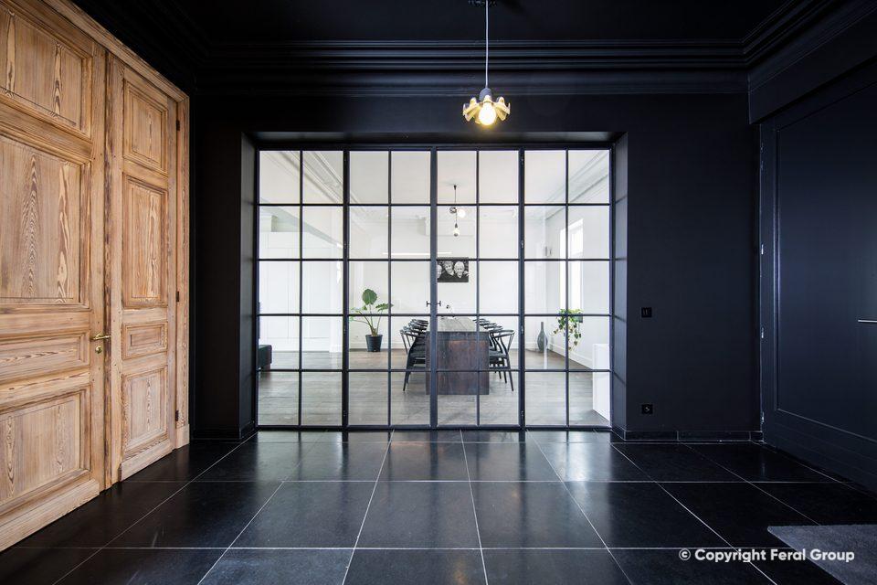 Stalen binnenramen met openklappende deur in renovatie